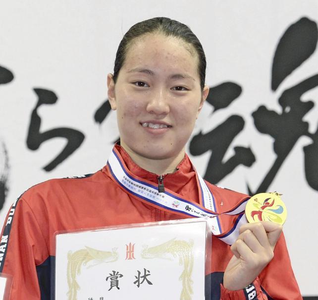 2種目を制し、表彰台で喜ぶ武南の酒井夏海選手