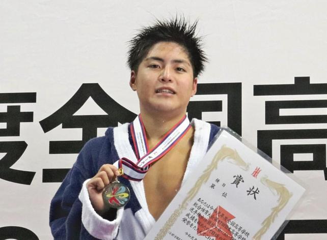 準優勝し笑顔を見せる須磨学園の久保田選手
