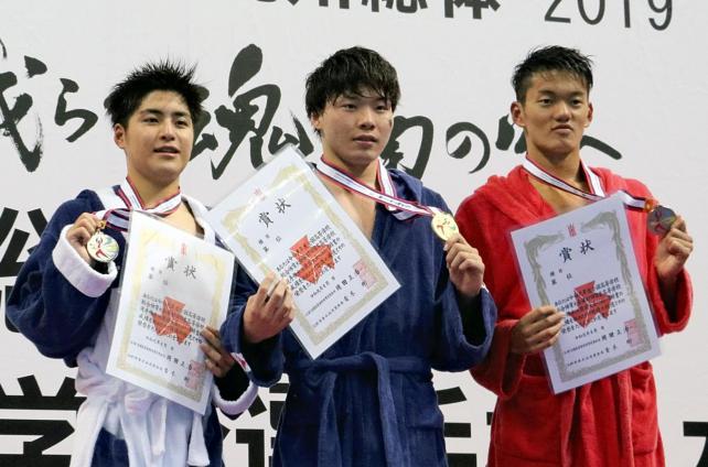 男子1500メートル自由形で(左から)準優勝の須磨学園の久保田、優勝した四条畷学園の井本、3位の桃山学院の金星選手