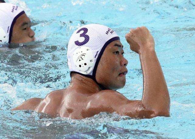 水球準々決勝で、得点を決め、ガッツポーズをする明大中野の狭間主将