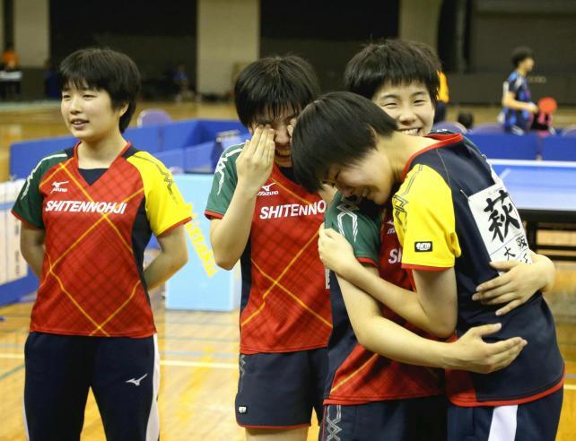 卓球女子団体を制し、喜ぶ四天王寺の選手たち