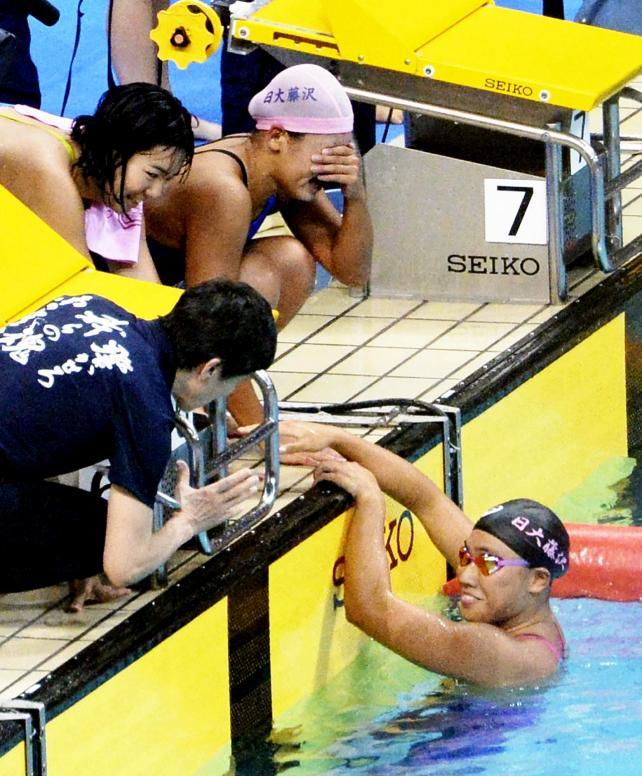 競泳女子400メートルメドレーリレーで優勝を喜ぶ日大藤沢のアンカー大内選手(右下)ら