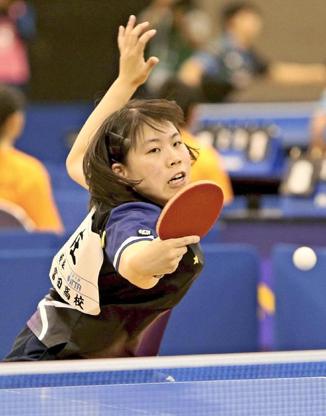 卓球女子シングルス準決勝で力強いショットを放つ富田の庄易選手