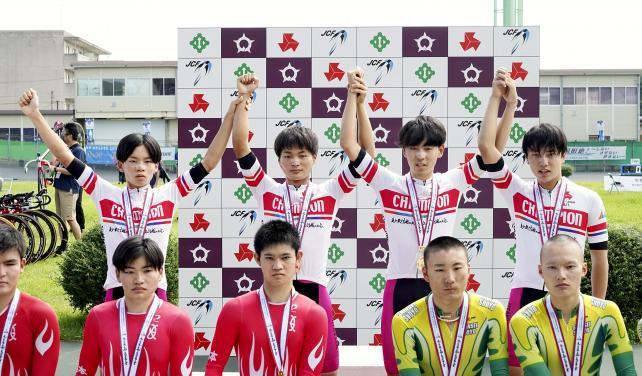 自転車男子4000メートル団体追い抜きで優勝した北桑田の選手たち