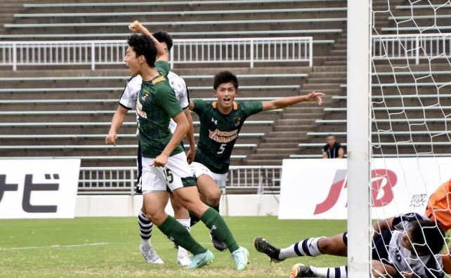 サッカー男子決勝、同点のゴールを決めた青森山田の丸山大和(左から3人目)
