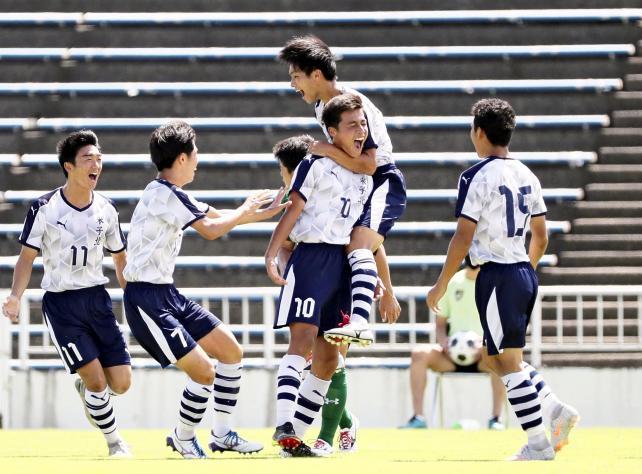 サッカー男子決勝、前半、先制のPKを決めて喜ぶ、米子北・佐野航大選手(中央⑩)