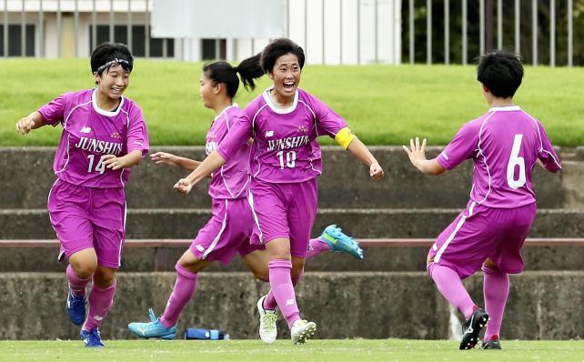 サッカー女子決勝、同点ゴールを決めて喜ぶ藤枝順心・窓岩日菜選手(中央)