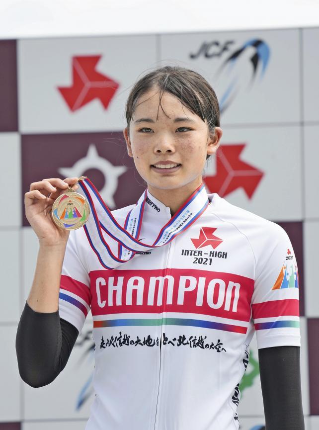 自転車女子2000メートル個人追い抜きで優勝し、表彰式でメダルを手にする松山学院・垣田真穂