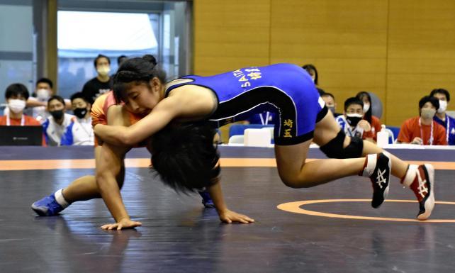 レスリング女子53キロ級で決勝進出を果たした埼玉栄・尾西桜選手(右)