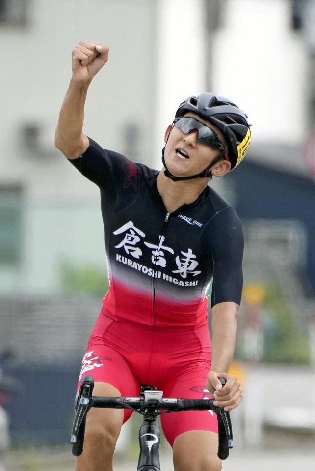 自転車男子個人ロードレースで優勝し、ガッツポーズをする倉吉東・林原聖真選手