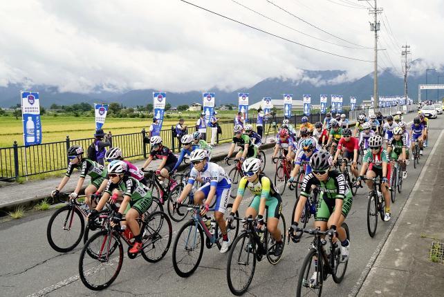 自転車女子個人ロードレースで一斉にスタートする選手たち