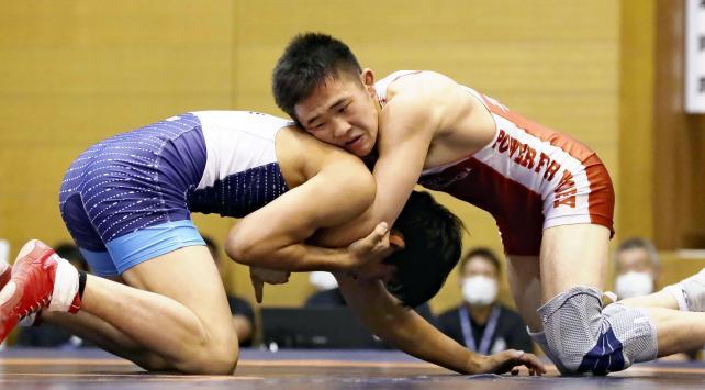 レスリング男子60キロ級で優勝した鳥栖工・小野正之助選手(右)