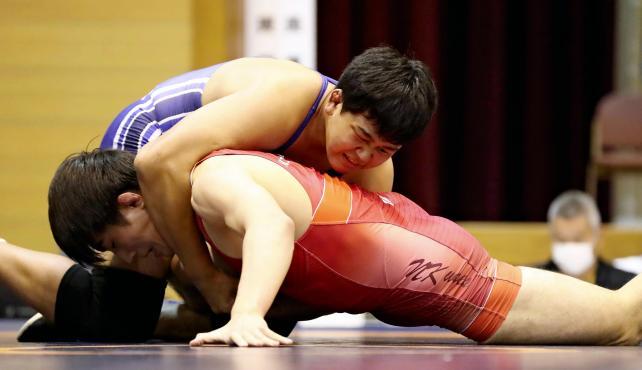 レスリング男子92キロ級で優勝した花咲徳栄・吉田アラシ選手(上)