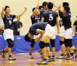 男子バレーで優勝を決め、喜びを爆発させる市尼崎の選手たち ©読売新聞社