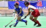 ホッケー女子 相手選手と激しく競り合う築館の選手(左) ©読売新聞社