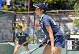 ソフトテニス女子個人、熱戦を繰り広げる(右から)三重高の石田、勝田ペア ©読売新聞社