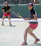 ソフトテニス女子個人、初戦で敗れた大社の山本未歩(左)と本田七海ペア ©読売新聞社