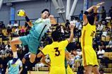ハンドボール男子準決勝、シュートを放つ氷見の窪田礼央選手(左) ©読売新聞社