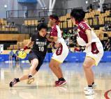 ハンドボール女子準決勝、ドリブルでボールを運ぶ明光学園の弓削春風主将(左) ©読売新聞社