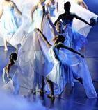 開会式で高校生らによる幻想的な雰囲気が漂う演技 ©読売新聞社