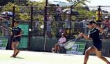 ソフトテニス女子個人、熱戦を繰り広げる(左から)三重の田川と浪岡 ©読売新聞社