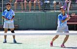 ソフトテニス女子個人、4回戦に臨む村礒春菜(右)と橋詰れいな ©読売新聞社