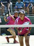 ソフトテニス女子個人、6回戦で力強いショットを見せる和歌山信愛の松井玲奈(左)と川崎海奈 ©読売新聞社