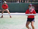 ソフトテニス女子個人、準々決勝に臨む岡野若奈(右)と岡野萌々子 ©読売新聞社