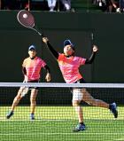 ソフトテニス女子個人決勝、果敢なネットプレーを見せる山陽女の立花さくら(右)と長谷川憂華 ©読売新聞社