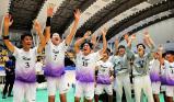ハンドボール男子 優勝を決め、観客席の前で喜ぶ氷見の選手たち ©読売新聞社