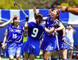 ホッケー女子決勝、先制ゴールを決め仲間から祝福される石動の多田みなみ⑩ ©読売新聞社