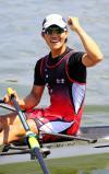 ボート男子シングルスカルで優勝しガッツポーズする会津の門馬健将 ©読売新聞社