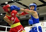ボクシングフライ級1回戦、パンチをヒットさせる内灘の寺田烈(右) ©読売新聞社
