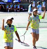 ソフトテニス女子団体1回戦に1番手で臨んだ林奈津美(右)と森脇葵 ©読売新聞社
