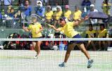 ソフトテニス女子団体1回戦、声援を背に好プレーを見せる嬉野の田中星空(右)と喜多莉子 ©読売新聞社
