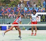 ソフトテニス女子団体2回戦、積極的なネットプレーでポイントを挙げる北越の冨樫春菜(左)と前山愛 ©読売新聞社