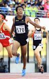 陸上男子100メートルで優勝した城西の塚本ジャスティン惇平 ©読売新聞社