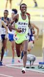 陸上男子1500メートルで優勝した大分東明のベヌエル・モゲニ ©読売新聞社