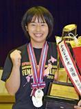 フェンシング女子サーブルで優勝しトロフィーを抱く三本松の黒田ほのか ©読売新聞社