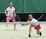 テニス女子団体で優勝した相生学院の古賀麻尋(右)と田中菜冴美 ©読売新聞社