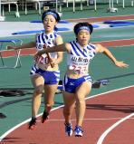 陸上女子400メートルリレーで3位に入った山形中央の第2走者・青野朱李(左)から第3走者・青野心音へのバトンタッチ ©読売新聞社