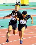 陸上男子400メートルリレーで優勝した八王子の第2走者・斎藤陸人(左)から第3走者・上野弘貴へのバトンタッチ ©読売新聞社