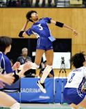 バレーボール女子決勝、スパイクを放つ金蘭会の宮部愛芽世 ©読売新聞社