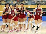 バレーボール女子、優勝し笑顔の石川真佑主将(右)ら下北沢成徳の選手たち