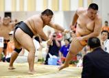 相撲団体決勝、埼玉栄の影山由伸(右)を寄り切りで破った鳥取城北の志戸俊輔 ©読売新聞社