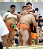 相撲団体で優勝を決めた埼玉栄の選手たち ©読売新聞社
