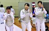 フェンシング女子団体で優勝し喜ぶ和歌山北の選手 ©読売新聞社
