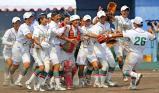 ソフトボール女子で優勝を決め、マウンドで喜びを爆発させる須磨ノ浦の選手たち ©読売新聞社