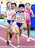 陸上女子1600メートルリレー、優勝した相洋の第3走者・金子ひとみ(左端)からアンカー・高島咲季へのバトンタッチ ©読売新聞社