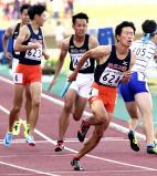 陸上男子1600メートルリレー、優勝した法政二のアンカー・山本祐大(手前)。左から2人目は第3走者・松本純弥 ©読売新聞社